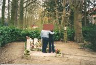 Rouwend paar (bij Begraafplaatsen)